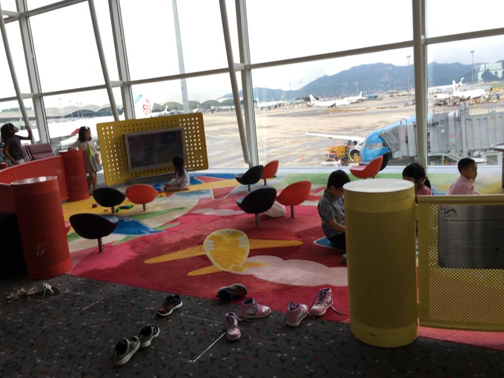 空港内のプレイルームは子連れ旅行には必須です