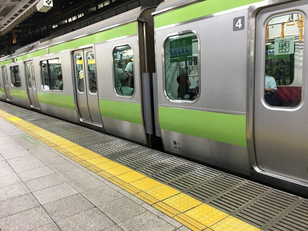 日本の電車でお年寄りに席を譲らない人たちに違和感を感じました