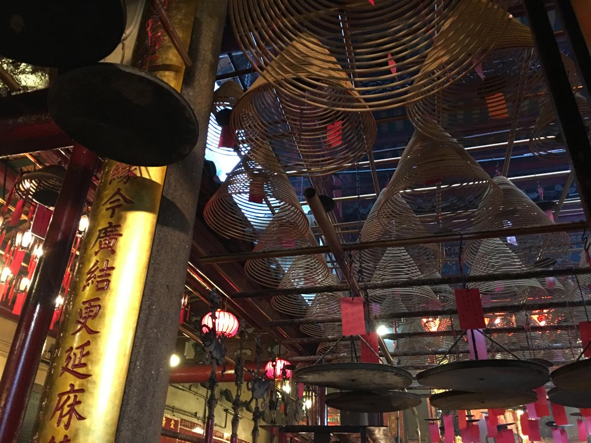 朝の香港セントラルを散歩 (4)渦巻き線香のお寺「文武廟」