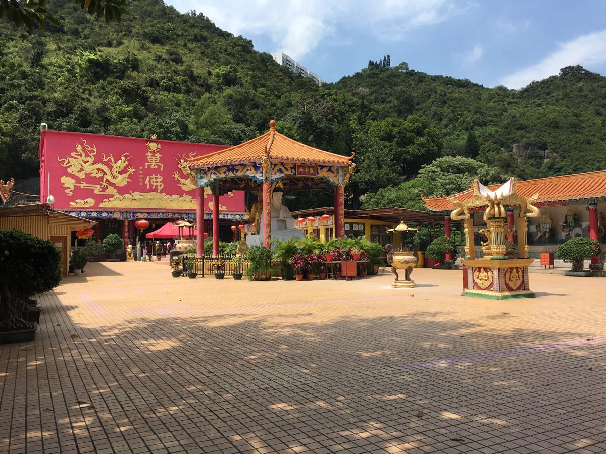 萬佛寺の本殿は素晴らしかったてす〜香港の珍スポット?金ピカ像の並ぶパワースポットの萬佛寺を探索(3)