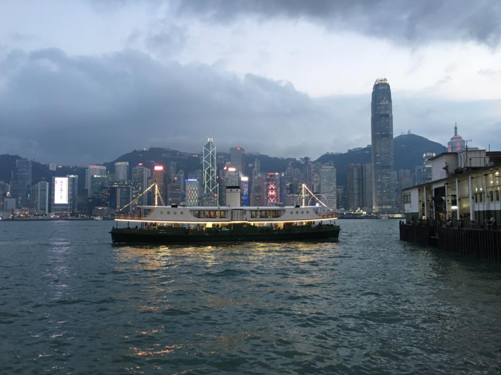夕暮れ時のスターフェリーは景色の変化を楽しめるのが素敵です〜香港歴史散歩@尖沙咀