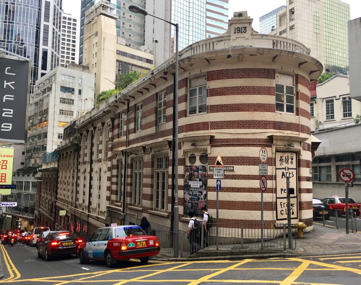 Old Dairy Farm Depotは乳製品の倉庫だった場所が記者クラブとアート系施設になった縞模様のレトロな建物です〜香港歴史散歩@中環(セントラル)