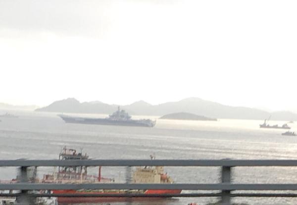 香港に来ている中国の空母「遼寧」が見えた