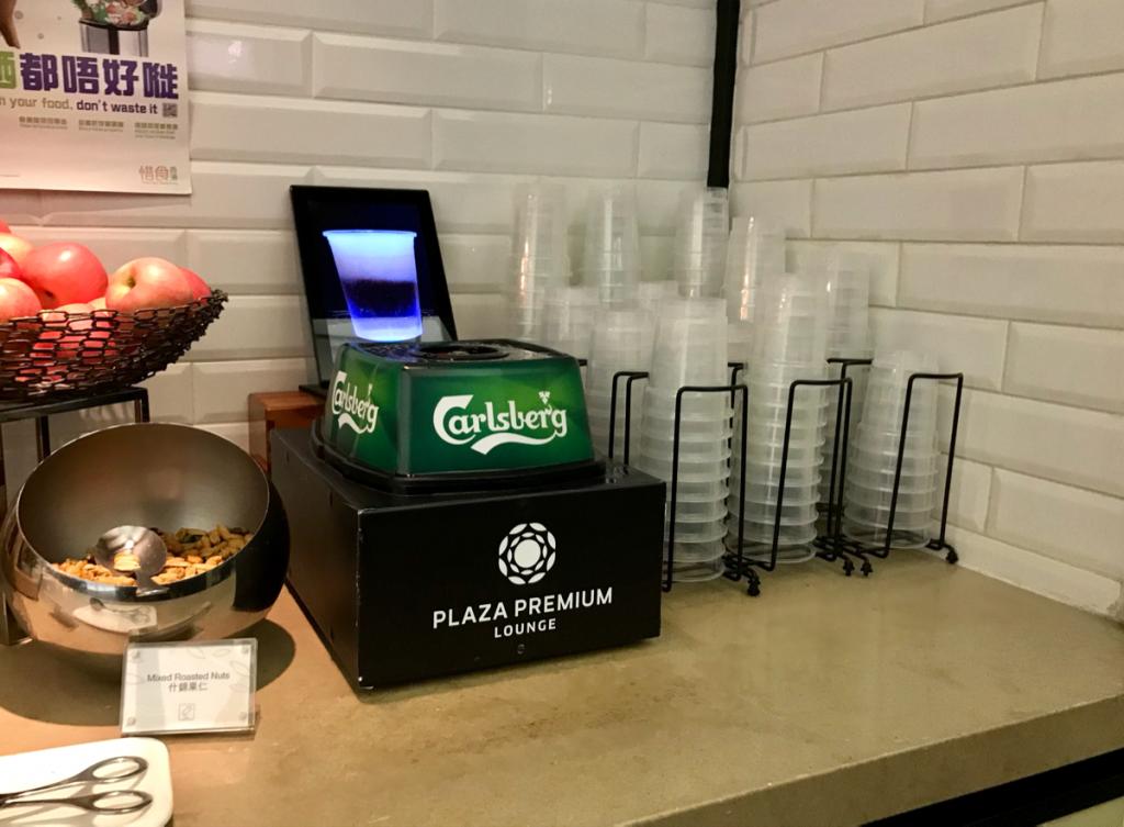 香港国際空港のプレミアムラウンジ(Plaza Premium Lounge)にあるビールサーバーが面白かったのでつい飲んでしまった