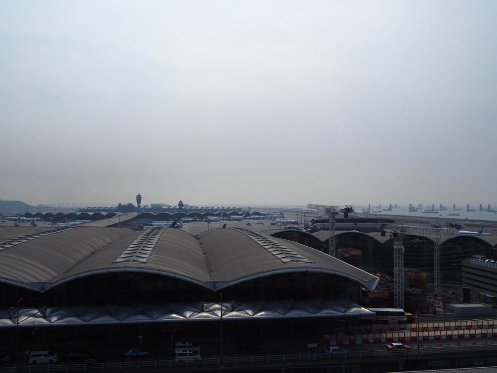 香港国際空港の唯一の展望デッキは有料で、しかも第2ターミナルの「外」にあります