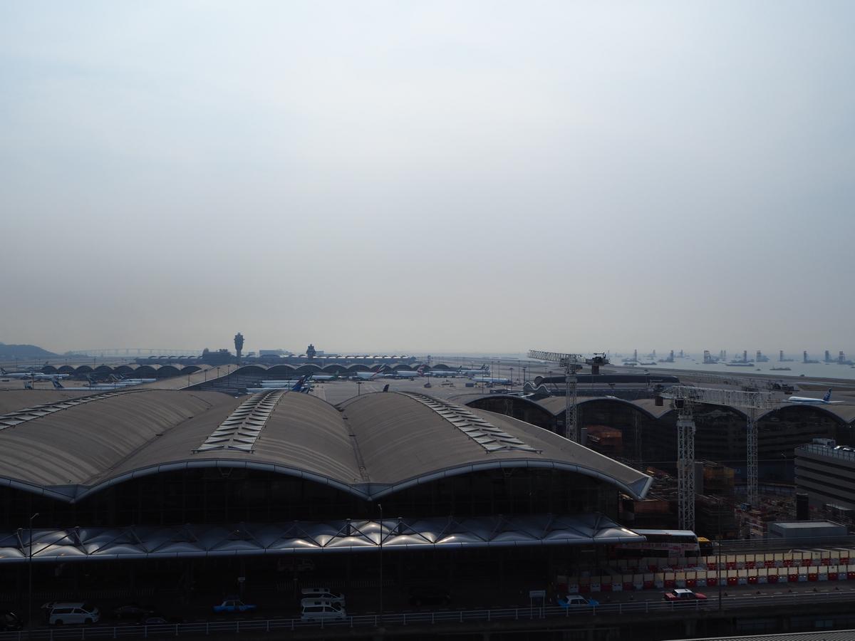 香港国際空港唯一の展望デッキは有料で、しかも第2ターミナルの「外」にあります