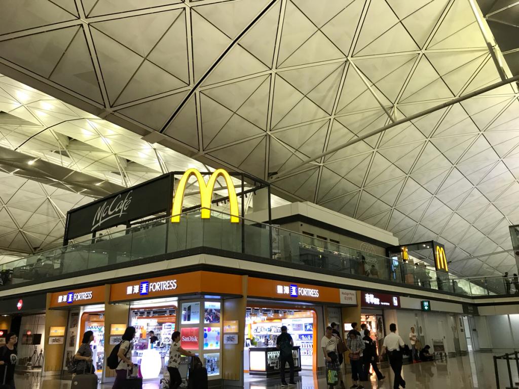 香港国際空港出発ロビーの出国前エリアに、24時間営業のマックカフェがオープンした