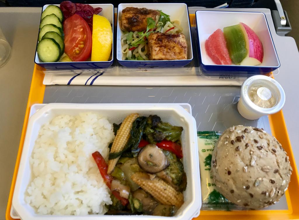 全日空の機内で食べた特別機内食の「ベジタリアンオリエンタルミール」は、香港でよく食べるベジタリアンの中華料理の味だった