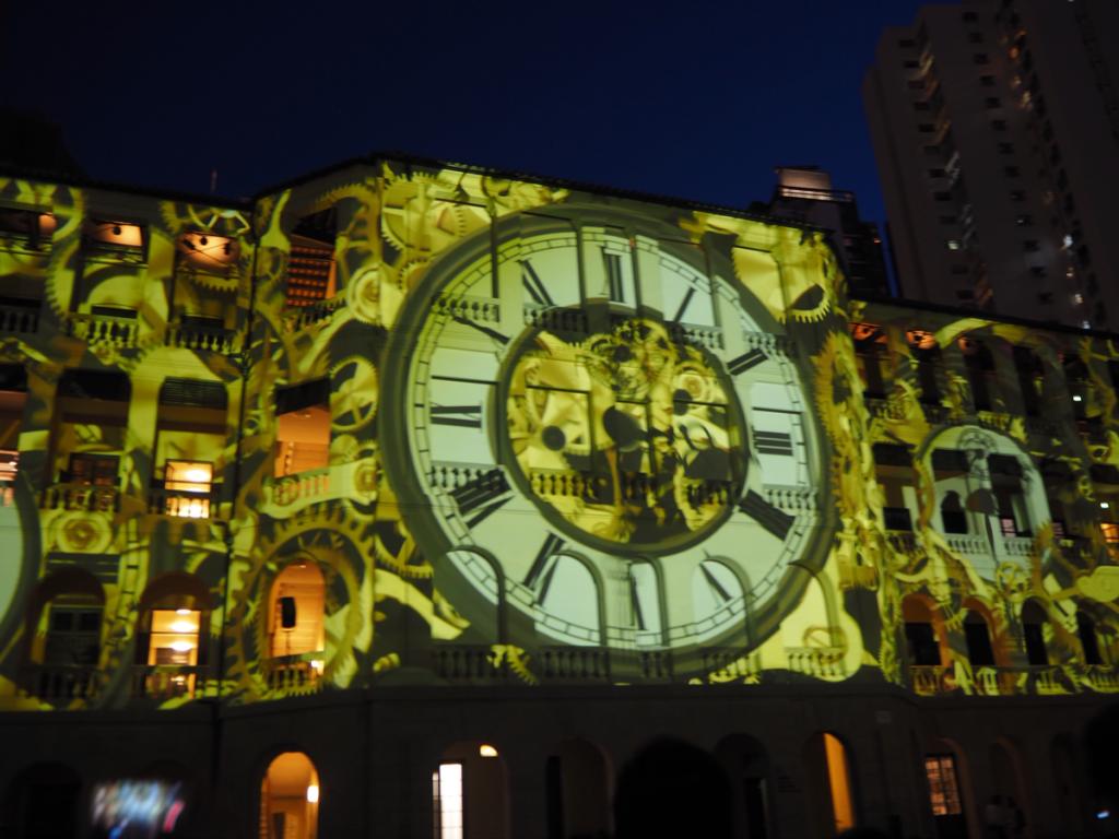 夜のプロジェクションマッピング「OPENING LIGHT SHOW / HISTORY OF OUR FUTURE」の映像は必見です~香港セントラルにある旧中央警察がアート施設になった大館(Tai Kwun)を訪問(7)