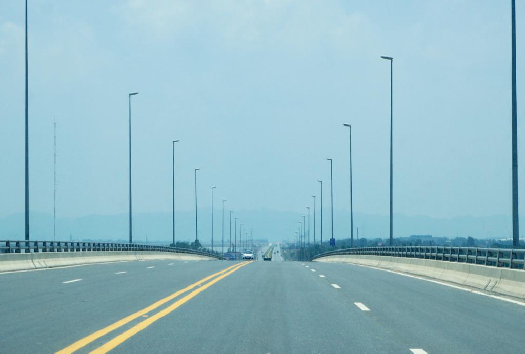 日本の技術で建設されたベトナム最長の海上橋「ラックフェン橋」は、橋の上からの写真だと地味すぎてその素晴らしさが伝わらなかった~子連れでハロン湾(4)
