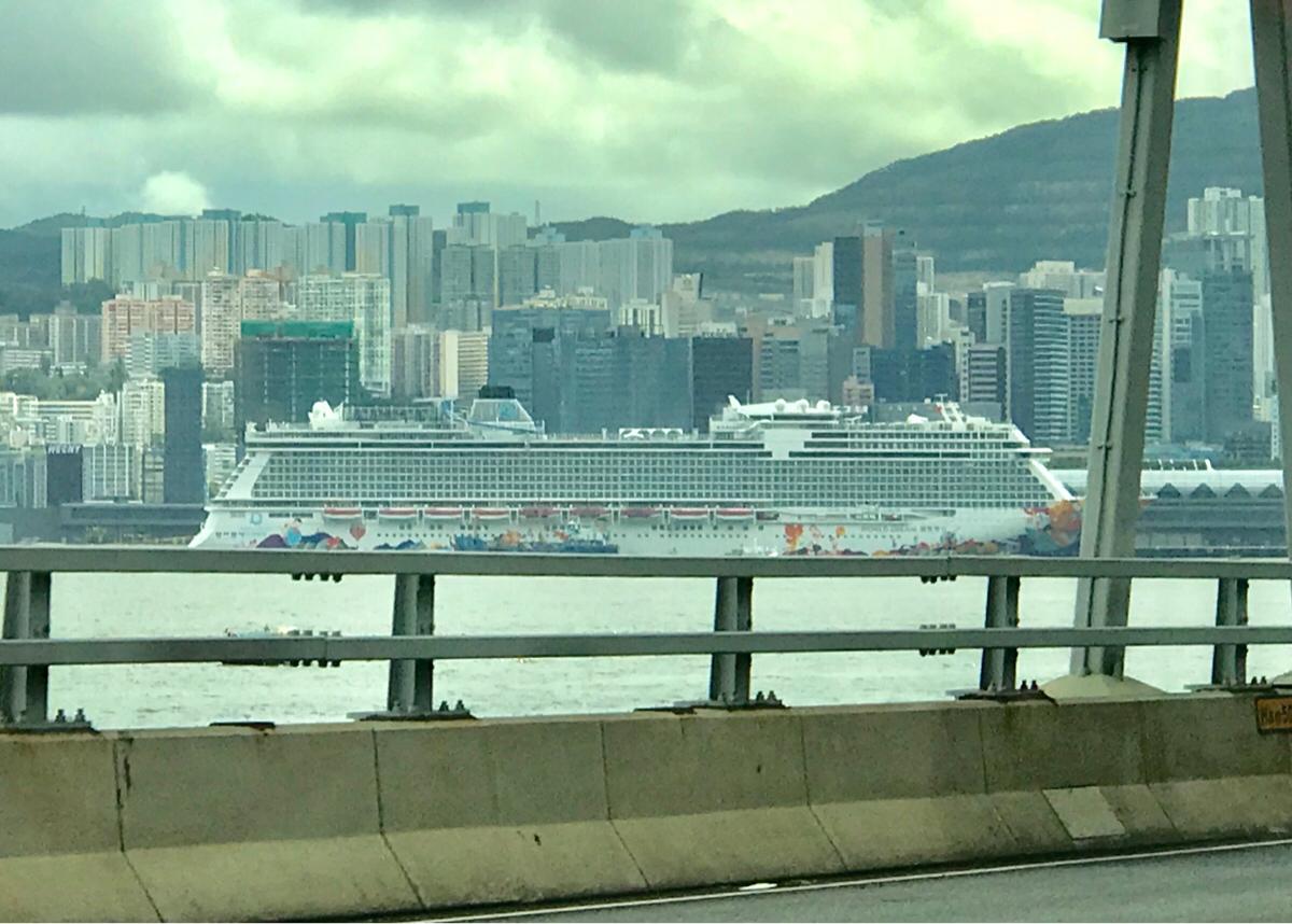啟德郵輪碼頭( Kai Tak Cruise Terminal)に停泊していた大型客船「ワールドドリーム」が気になる