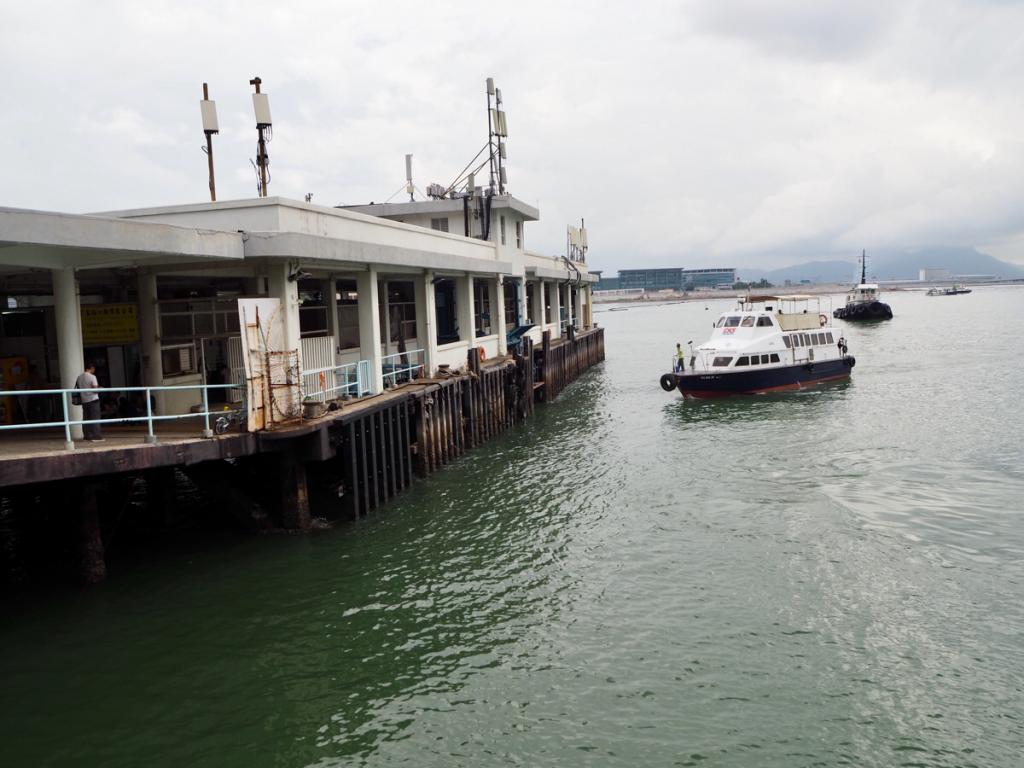 東涌〜屯門までのフェリーのデッキから香港とマカオをつなぐ橋「港珠澳大橋」と香港側の玄関口「香港口岸」を眺めた
