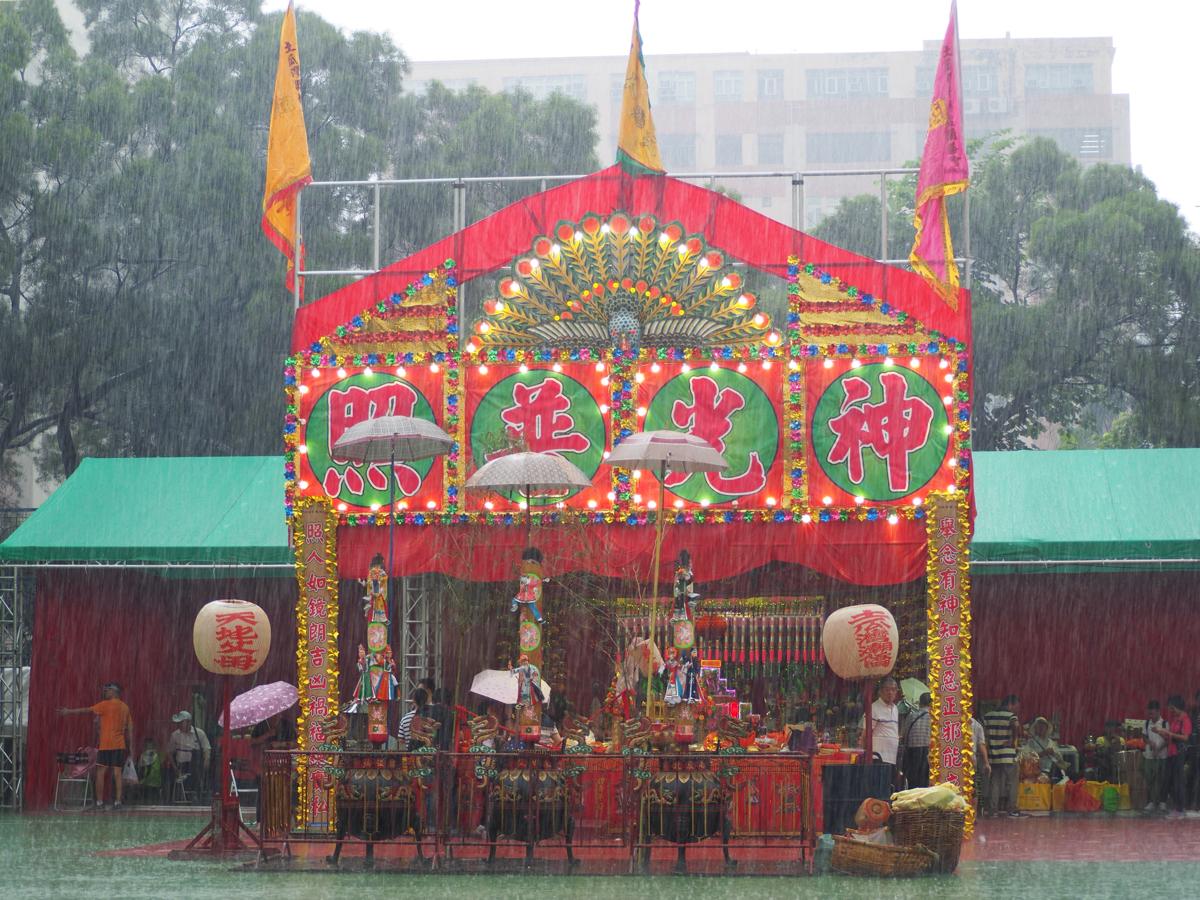 土砂降りの雨が降り出したのでオペラ会場で雨宿りした〜香港のお盆祭り「ハングリー・ゴースト・フェスティバル(盂蘭勝會)」を見学(7)〜九龍土瓜灣區潮僑街坊盂蘭勝會@土瓜灣遊楽場