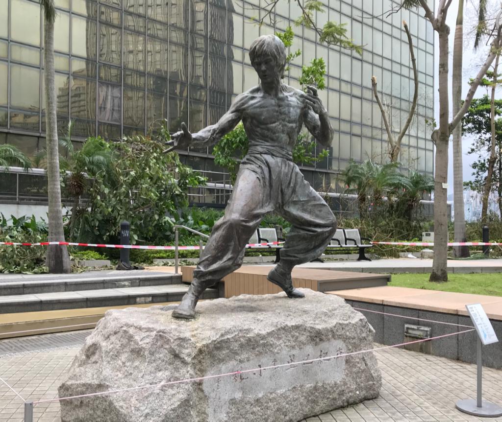 尖沙咀東海濱平台花園にいるブルース・リーの像が台風22号(Mangkhut)の影響も無く無事で良かった