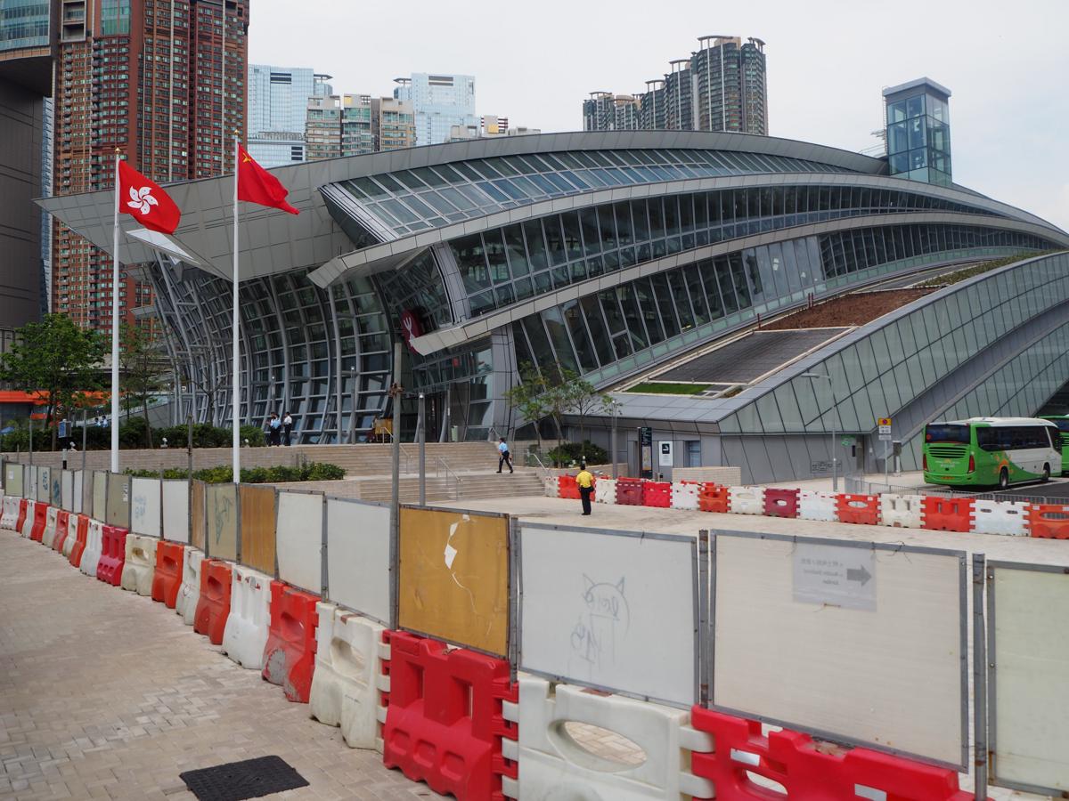 香港と広州を結ぶ高速鉄道「廣深港高速鐵路(Guangzhou-Shenzhen-Hong Kong Express Rail Link)」の開通前日の西九龍駅の警察の警備体制が尋常でなかった