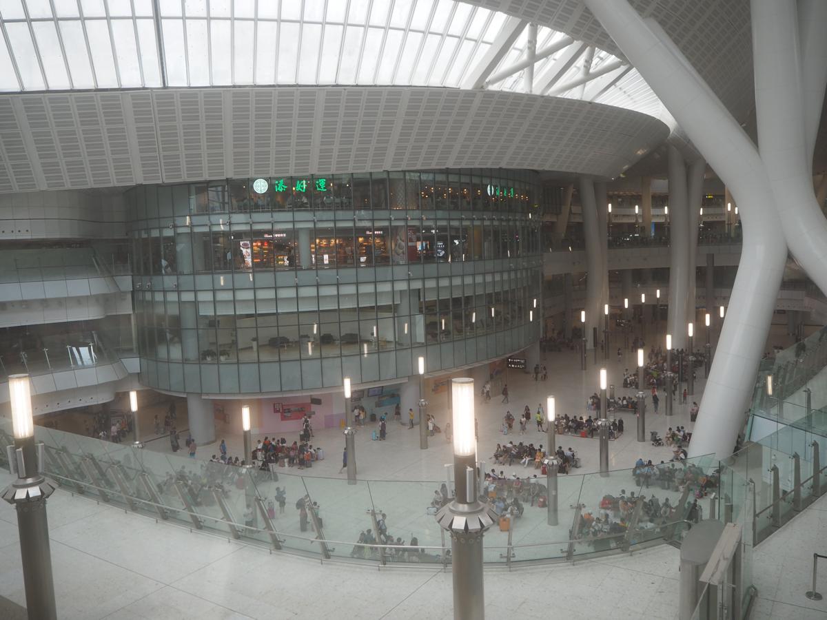 香港と広州を結ぶ高速鉄道の廣深港高速鐵路の西九龍駅構内を探索して、駅の下のフロアが中国であることにちょっと複雑な気持ちになった