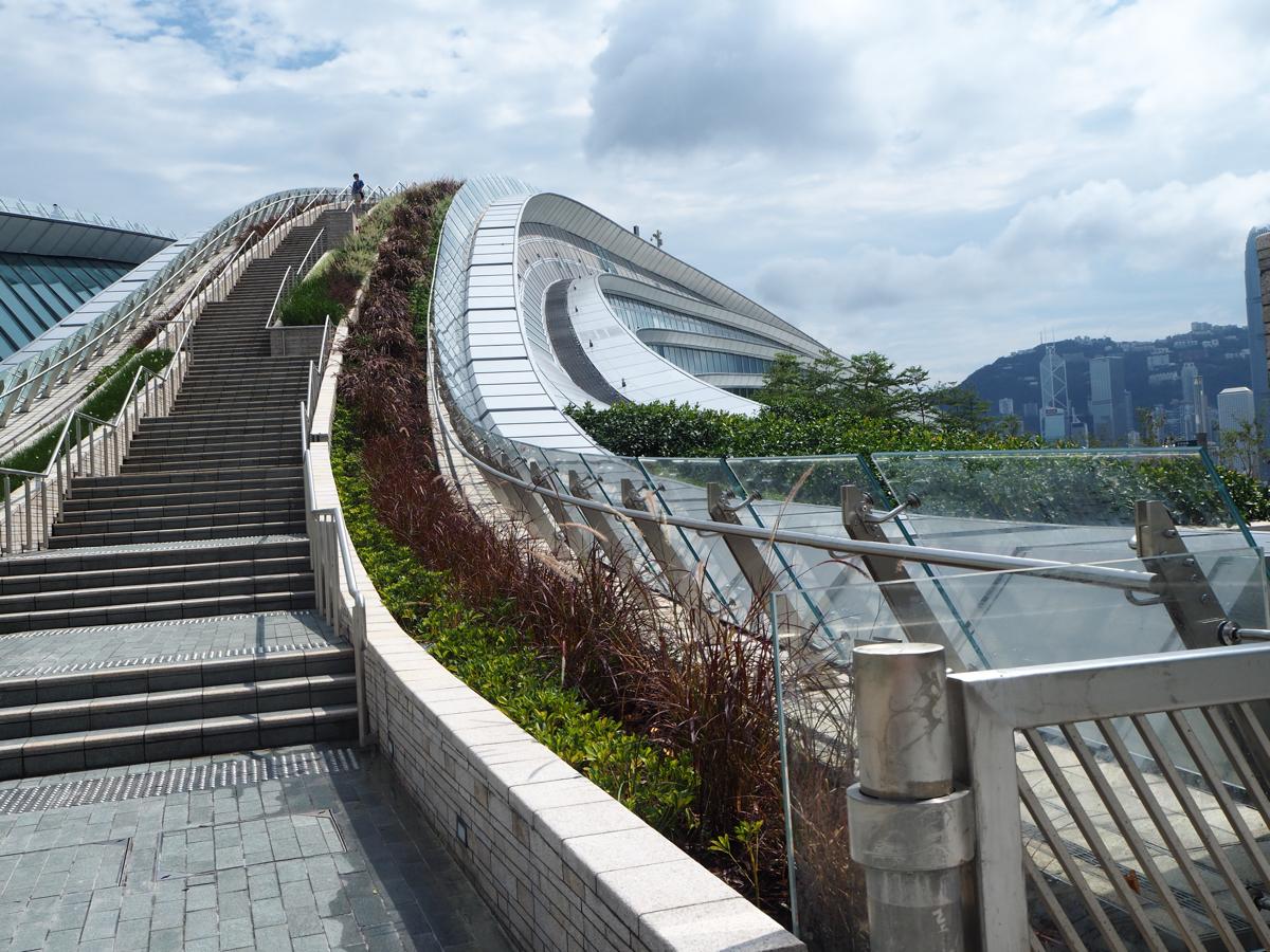 香港と広州を結ぶ廣深港高速鐵路の西九龍駅の展望デッキからビクトリアハーバーの景色を眺めた