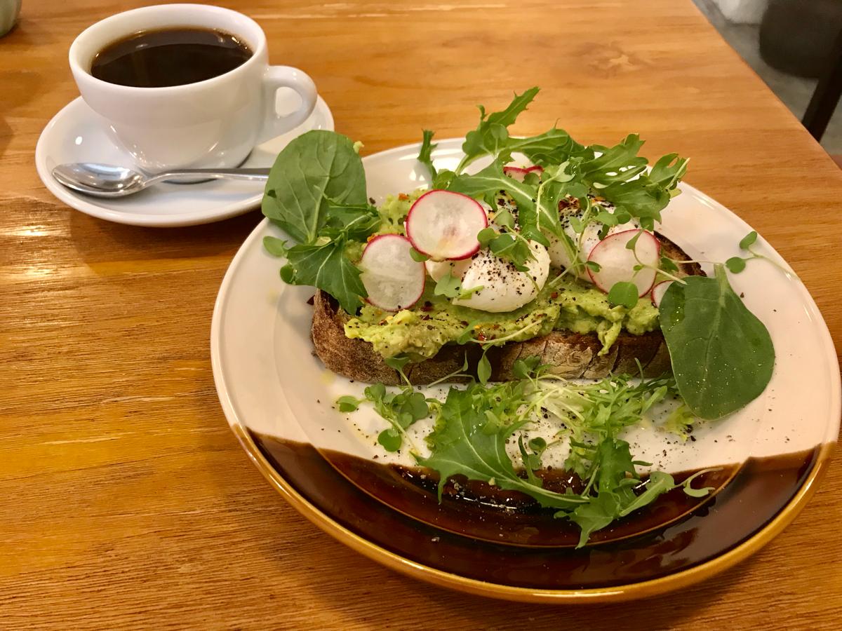 山道のお盆祭りの合間に、お祭りと全く雰囲気の違うお洒落なカフェBrew Bros Coffeeでアボカドトーストを食べてゆったりと過ごした