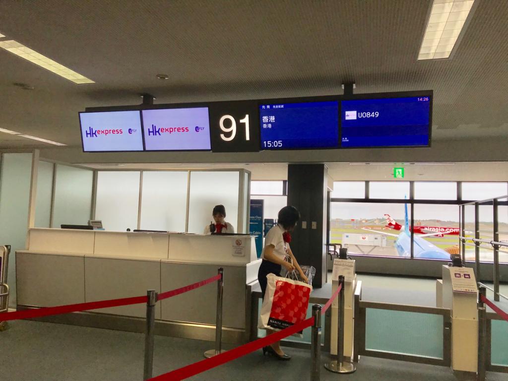 香港エクスプレスの日本発香港行きの便の荷物棚のスペースの争奪戦に負けてしまったけど、搭乗前に無料で小型のスーツケースを預入れ荷物にしてくれたので助かった