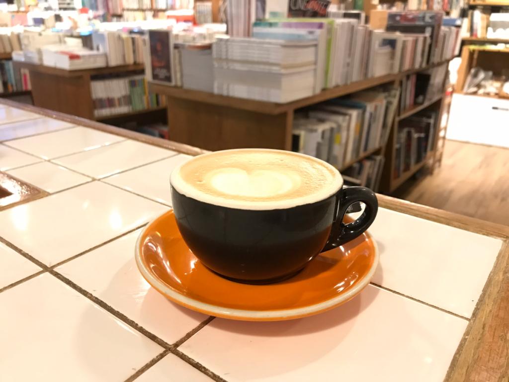 Broadway Cinematheque@油麻地で、本のあるカフェでコーヒーを飲んでから映画館を覗いた