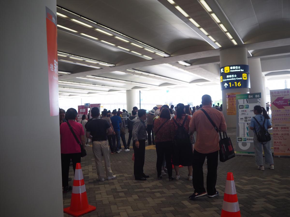 週末に港珠澳大橋のイミグレーションに行ったら、香港各地に行くためのバス乗り場が驚くほど混雑していた