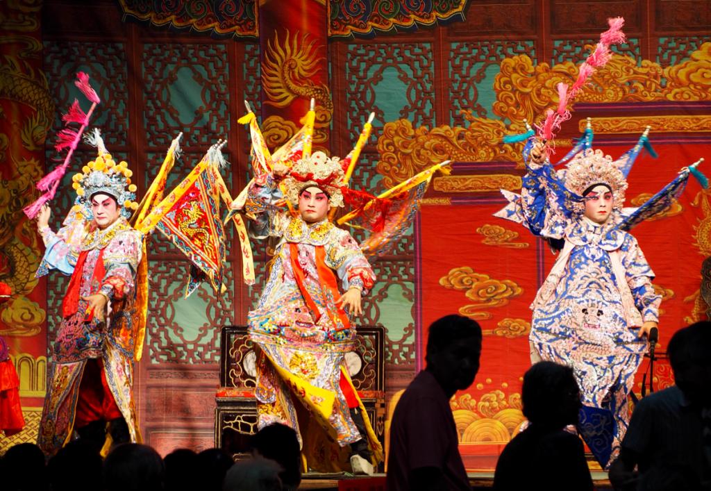侯王の誕生祝いのお祭りである侯王寶誕の神功戲の衣装がど派手だったのに驚いた~香港歴史散歩@侯王宮(東涌)