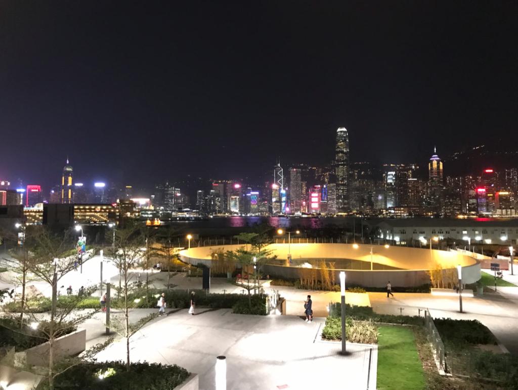 廣深港高速鐵路の西九龍駅と九龍駅を結ぶ歩道橋から見えるビクトリアハーバーの夜景がお気に入り