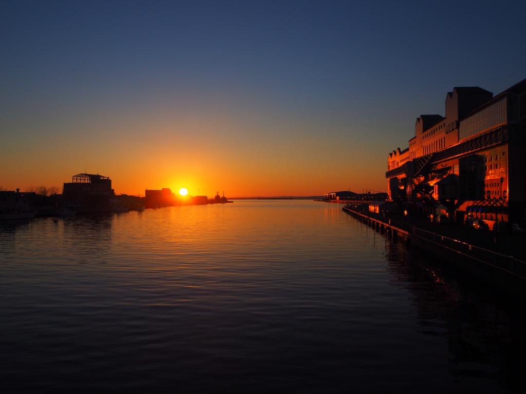 「世界三大夕日」と呼ばれる釧路の夕日を、釧路川に架かる幣舞橋から眺めた