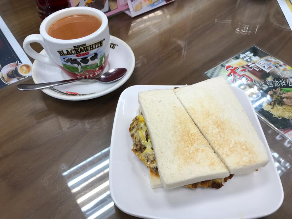 """新香園@深水埗汝州街の「麻辣蛋牛治」は、味が洋食っぽくないところが""""焼きそばパンみたい""""だと思う"""