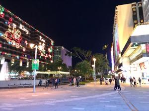 クリスマスのイルミネーションの華やかな夜の尖東(East Tsim Sha Tsui)の街を歩いた