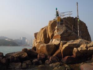 お散歩目的で鯉魚門に行ってみたら、灯台の近くの苔の上で大胆にコケてしまったりして大変だった