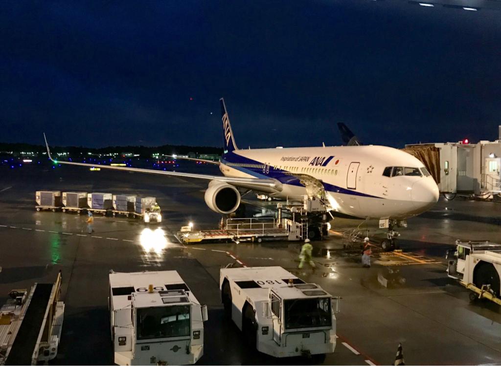 成田から香港までユナイテッド航空のマイルを使って、全日空811便のビジネスクラスに乗った