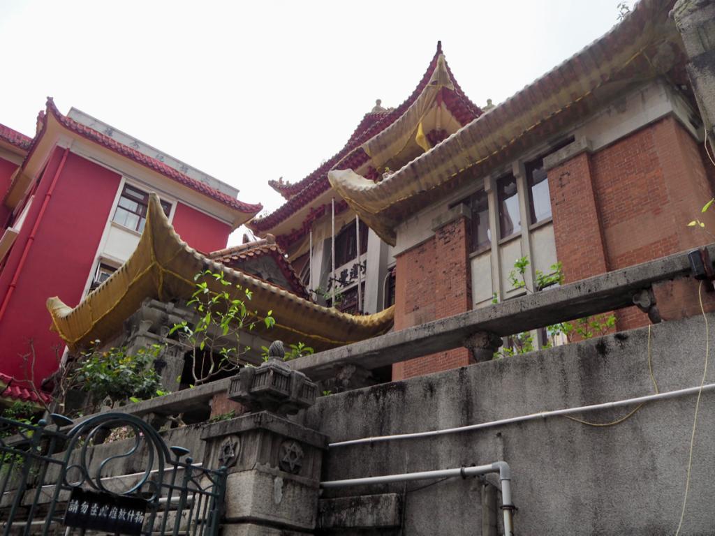 かつてのビクトリア市の境界石を見たり、中洋折衷の美しい仏教寺院を見学したりした〜香港歴史散歩@跑馬地(2)