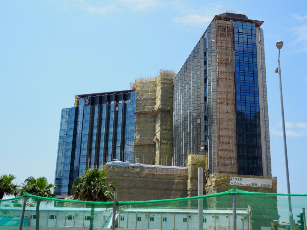 東涌に建設中のシェラトンホテルの建物にマークがついて、シェラトンホテルとフォーポインツの2種類のホテルに分かれていることに気づいた