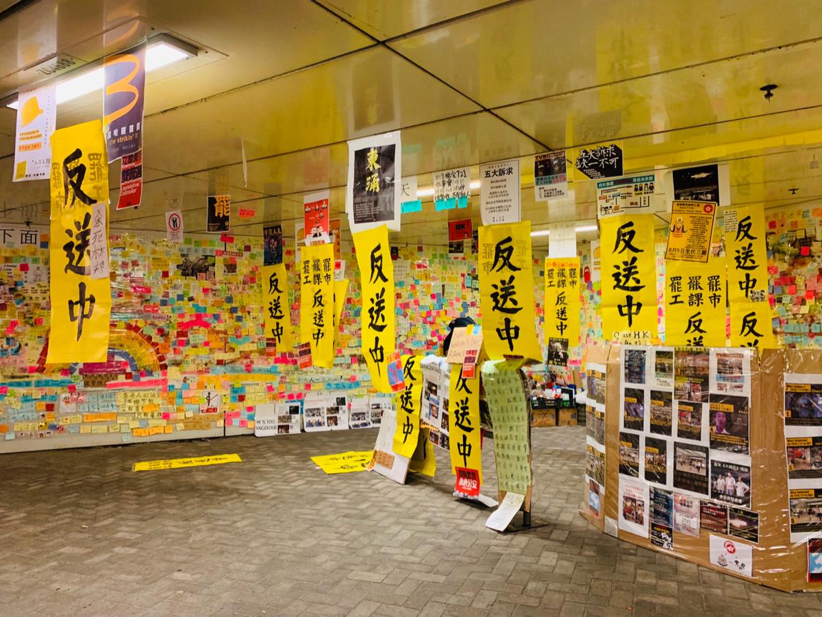 東涌駅の噴水前に集まっている黒Tシャツの人や、バスターミナルに貼られた張り紙を見て、デモが香港全土に広がっているんだと痛感した