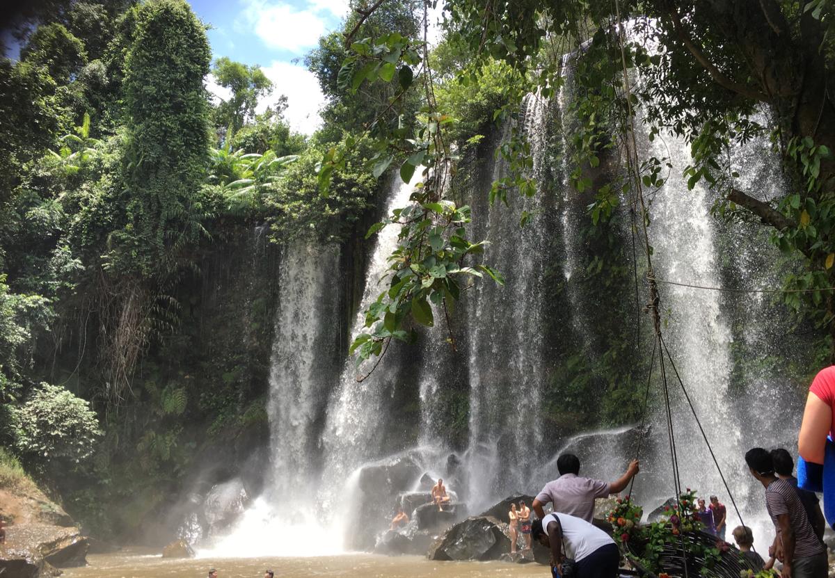 子連れでアンコール・ワット〜(5)プノン・クーレンの滝の下で水遊び