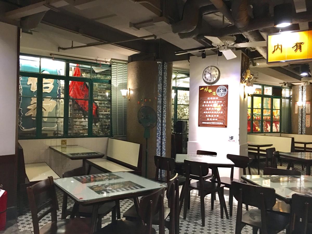 ダデル・ストリートのスターバックスは香港のレトロな喫茶店「冰室」をイメージした内装です