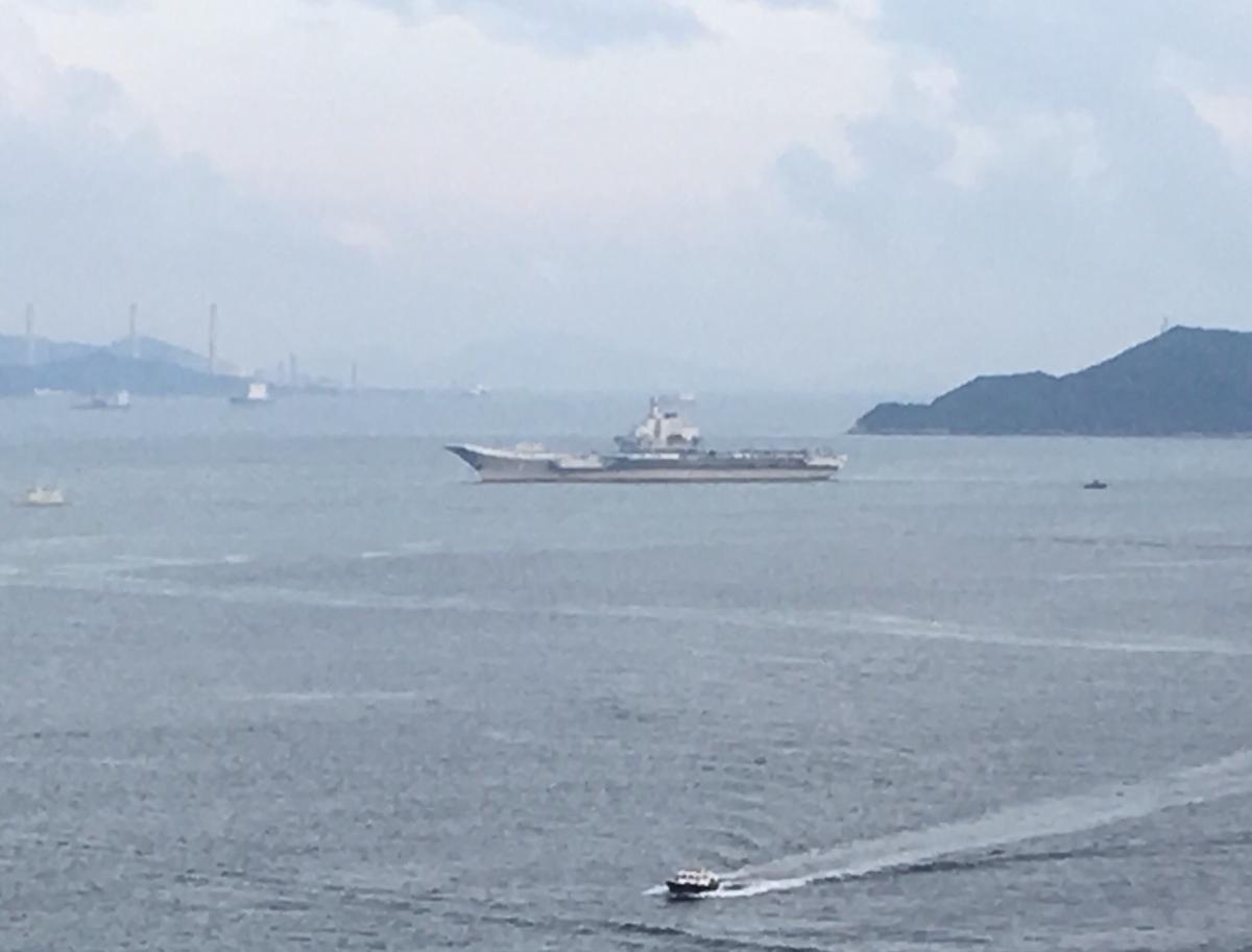 3度目のチャレンジ!?香港に停泊している中国の空母「遼寧」見納め