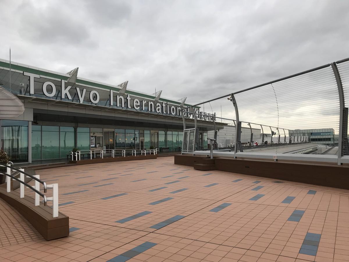 羽田空港国際線旅客ターミナル5階の展望デッキから、飛行機や働く車を観察した