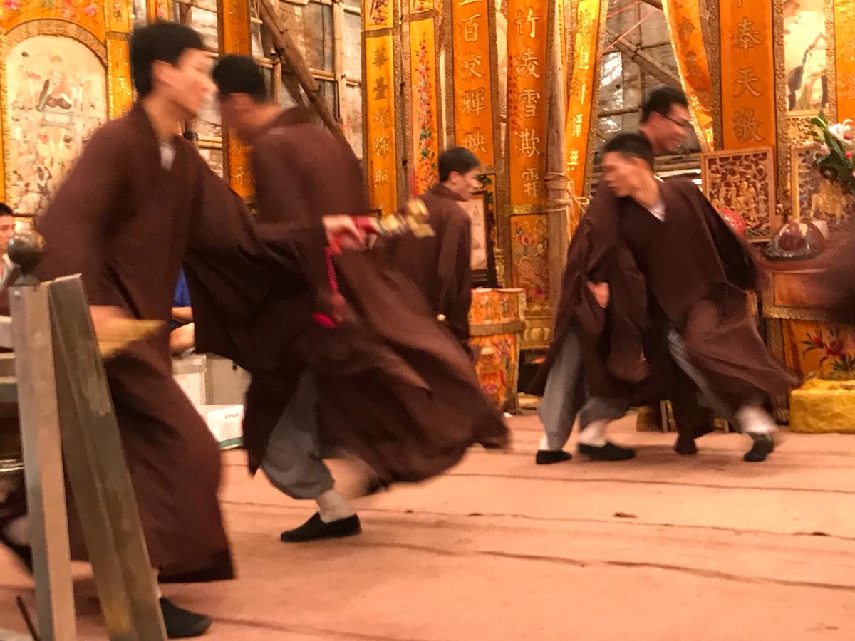 香港で一番歴史のある会場で、僧侶が舞台を走り回る「送佛」を見た〜香港のお盆祭り「ハングリー・ゴースト・フェスティバル(盂蘭勝會)」を見学(6)〜潮州公和堂盂蘭勝會@摩頓台球場
