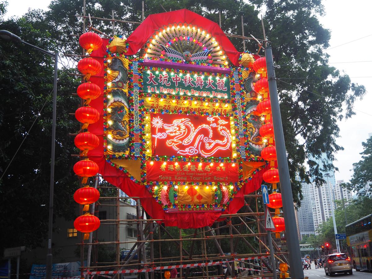 ビクトリア公園を通ってから、大坑のファイヤードラゴンダンス(大坑舞火龍)直前の蓮花宮と天后廟を外から見学して、やっぱり門神は扉が閉まっている方が見やすいと思った~香港歴史散歩@大坑