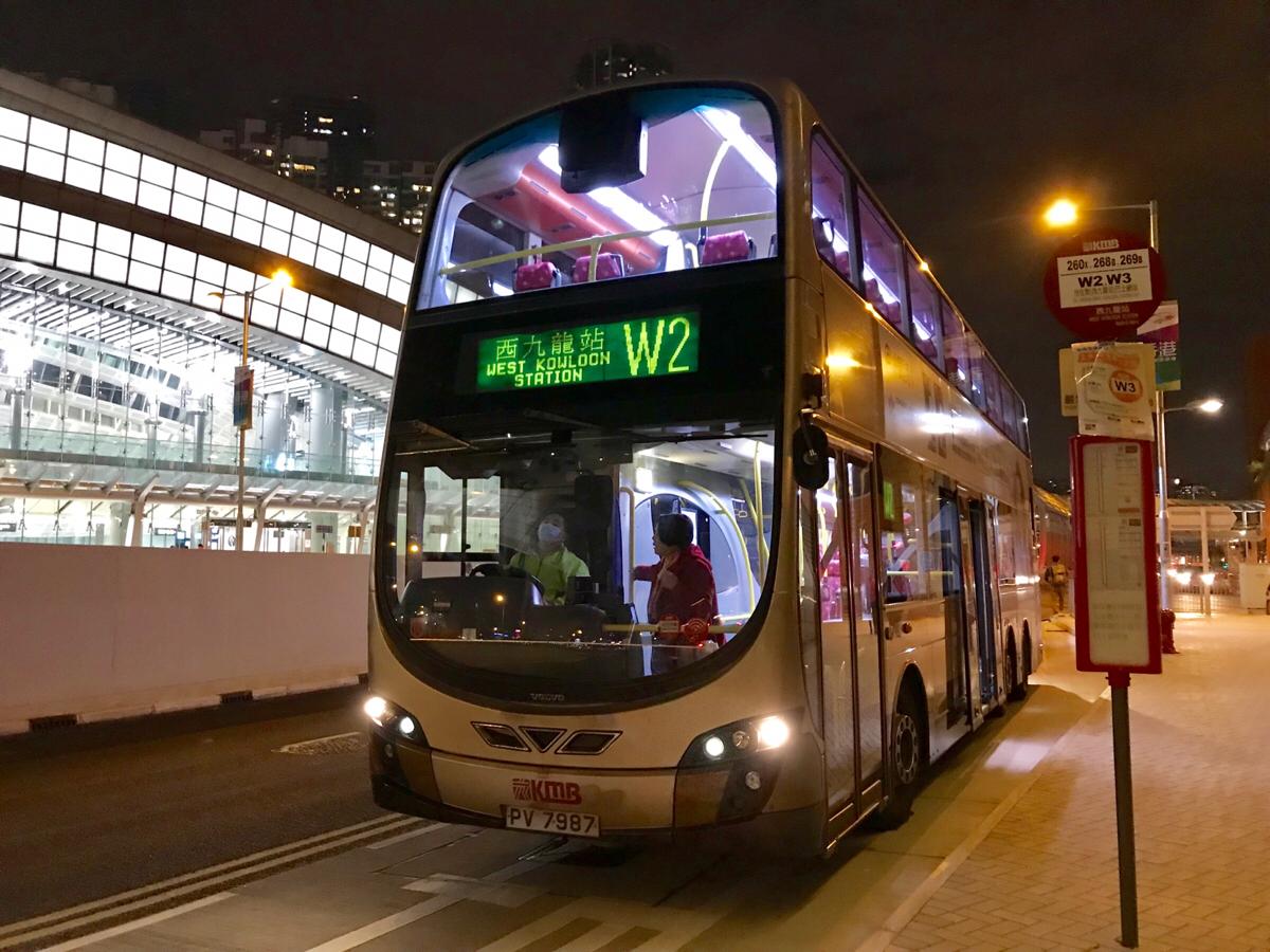 """廣深港高速鐵路の西九龍駅と市街地を結ぶ""""W""""で始まるバスは、停まるバス停が少なくて快適"""