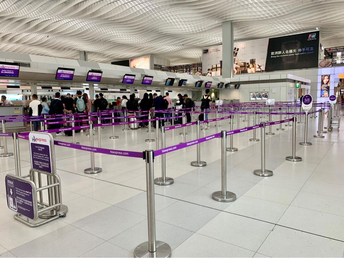 香港国際空港の第2ターミナルにあるレストランや店舗がクローズしていたのは、デモではなくて第3滑走路建設に関係するターミナル閉鎖のためだった