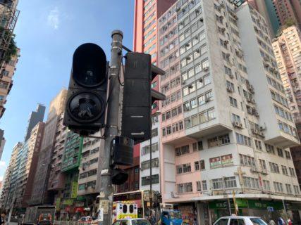 油麻地の交差点の信号機がデモで壊されていたので警官が手信号で誘導していた