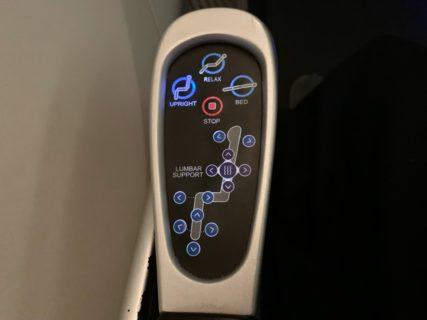 日本航空のビジネスクラスのJAL SHELL FLAT NEOは、2つ目のシートコントロールボタンで足元だけ上げられたのが良かった