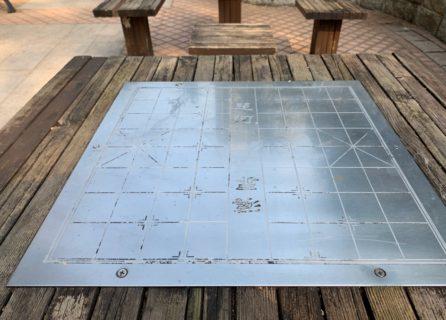 香港の公園ではテーブルが「中国象棋の台」になっていることが多い