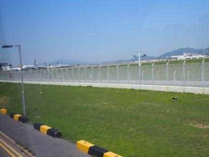 香港国際空港の滑走路の側に行って、着陸する飛行機を見た